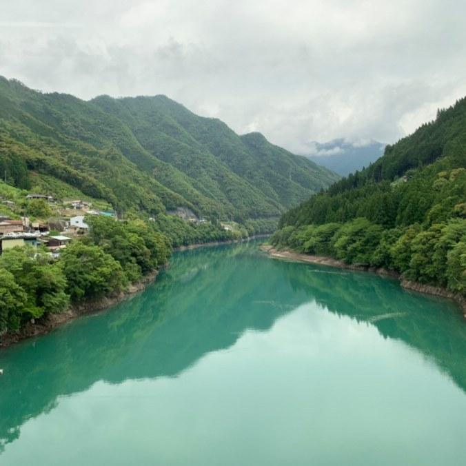 前往玉置神社路上的大川,超級綠沒有調色過就長這樣。